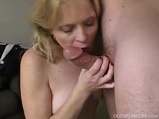Very sexy mature babe loves a sticky..